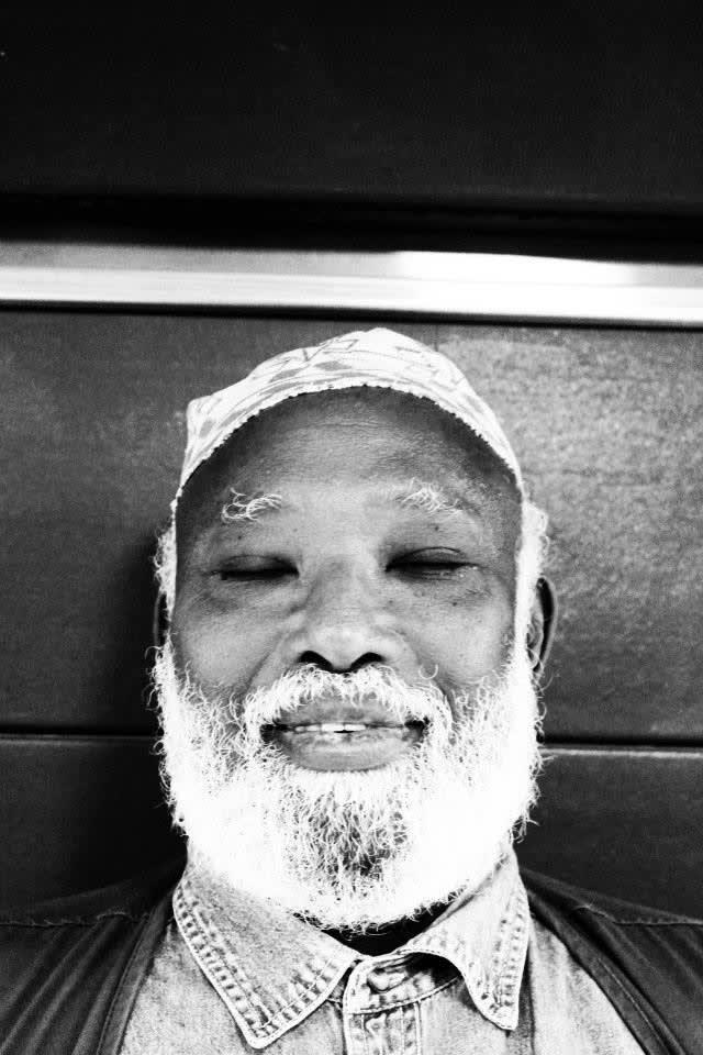Photographie en noir et blanc d'un homme barbu