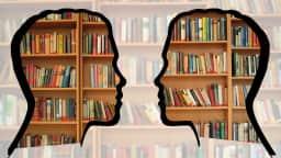 Deux profils se faisant face devant une bibliothèque