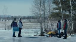 Quatre hommes face à face à l'extérieur en hiver