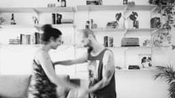 Couple qui danse dans son salon