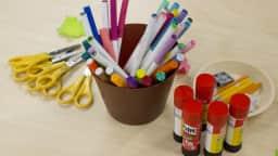 Ciseaux, crayons feutre et bâtons de colle