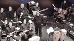Vue de haut d'un ensemble de 14 musiciens sur scène