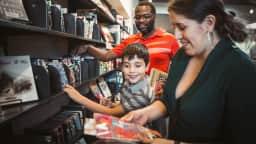 famille à la bibliothèque