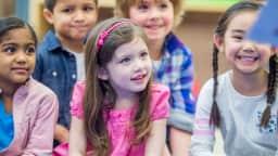 Enfants pendant l'heure du conte.