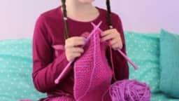 Fillette qui tricote.