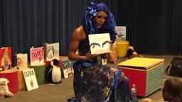 Drag-queen racontant une histoire