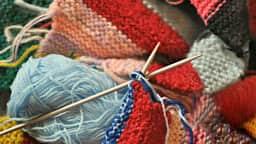 Tricot et pelotes de laine.