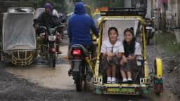 Deux fillettes dans un rickshaw
