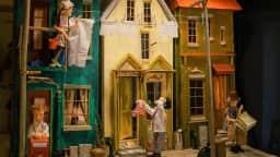 photo d'une partie de la rue des Rêveries, maisons miniatures et marionettes