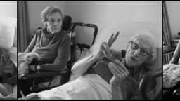 Une série de trois photographies d'un couple de personnes âgées qui semblent être en pleine conversation