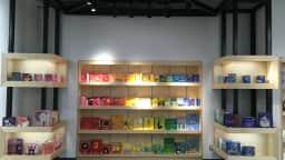 Entrée de la bibliothèque Frontenac avec un espace rempli de livres colorés.
