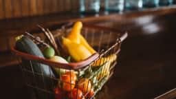Un panier rempli de fruits et légumes frais.