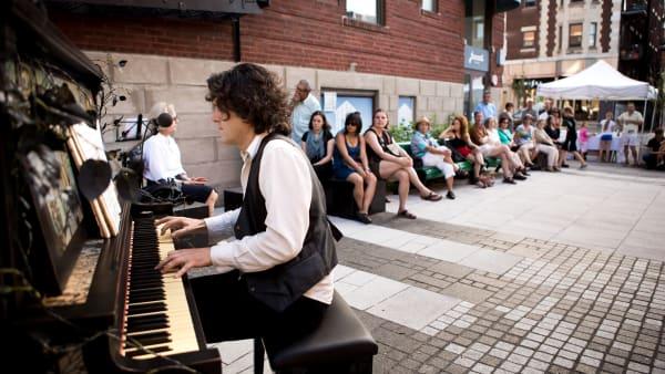 Un pianiste qui joue sur l'avenue Laurier.