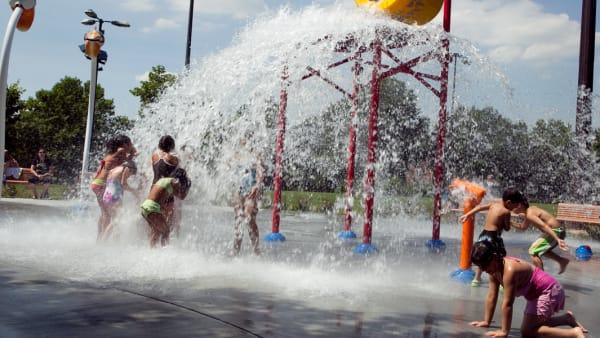 Enfants dans les jeux d'eau