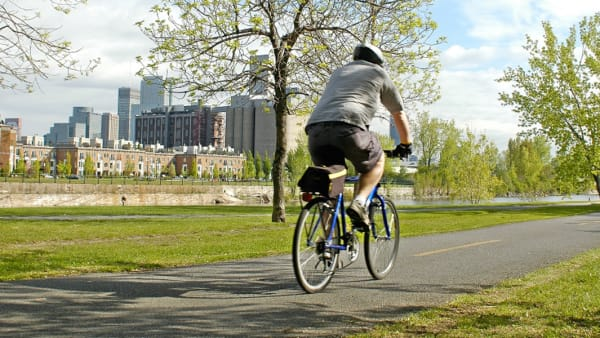 Homme à vélo sur une piste cyclable