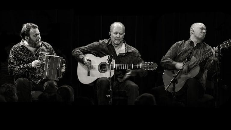 trois musiciens qui jouent de la guitare
