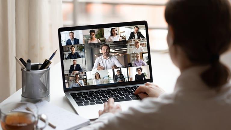 Une parrainée en rencontre virtuelle avec son équipe.