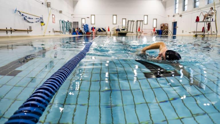 Photo d'un nageur dans un corridor de piscine