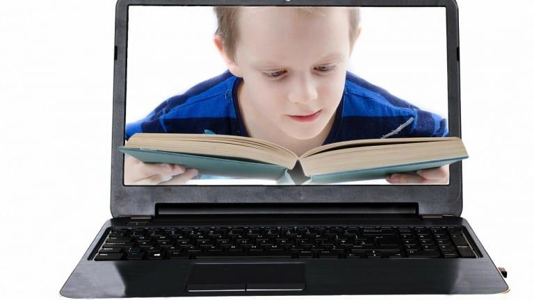 Garçon lisant un livre numérique