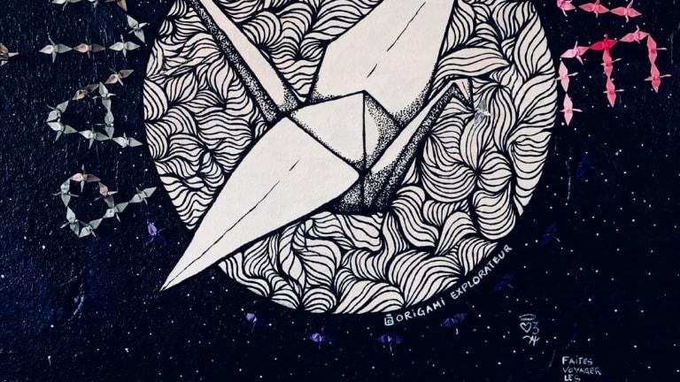 graffiti sur lequel il est dessiné les mots Pax et Love, autour d'un globe...terrestre