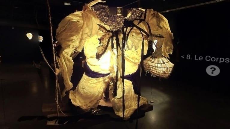 Le corps, une des créations de l'exposition « Corps de livres : vêtus de mots »