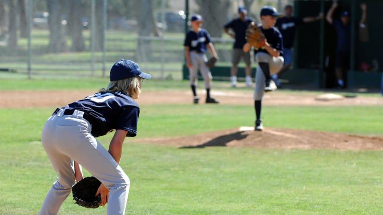 Jeunes joueurs sur un terrain de baseball.