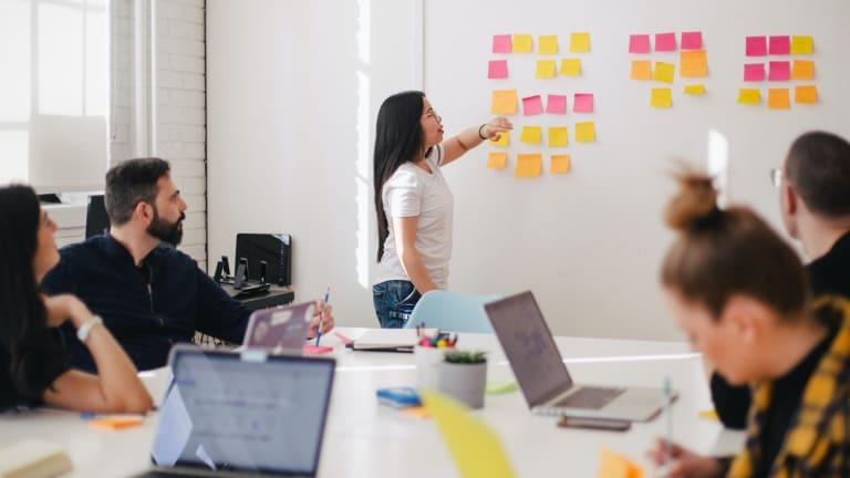 Des travailleurs en réunion dans un bureau.