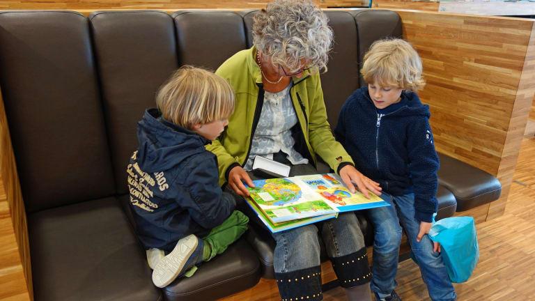 Enfants avec leur grand-mère