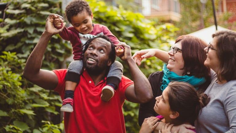 Père qui tient son enfant sur ses épaules