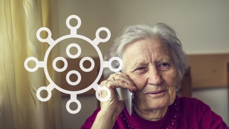 Personne âgée avec un téléphone à la main.