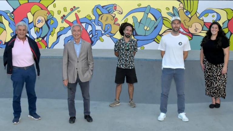 Les élus de l'arrondissement devant la murale du parc Delorme