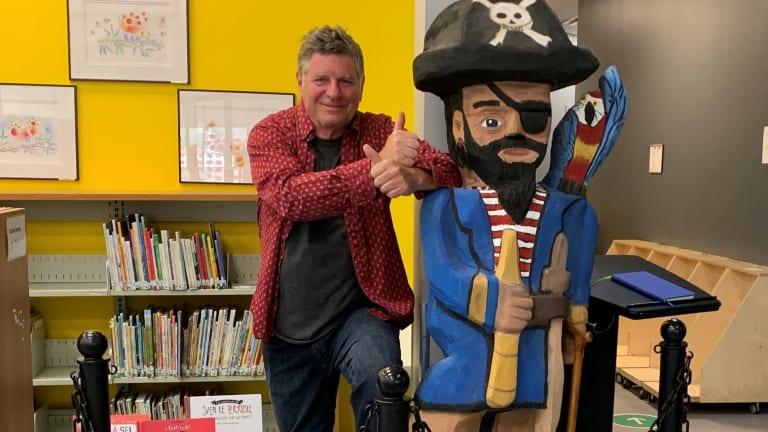 Daniel Croteau et son pirate exposé à la bibliothèque de Cartierville