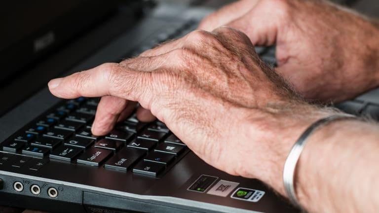 Mains sur un clavier d'ordinateur