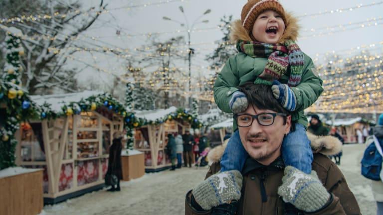 Un père et son enfant - achat local - période des fêtes