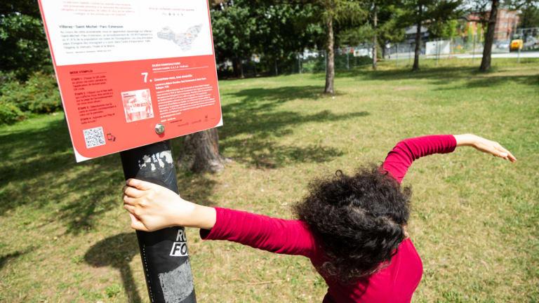 Photographie d'une femme en mouvement dans l'espace public