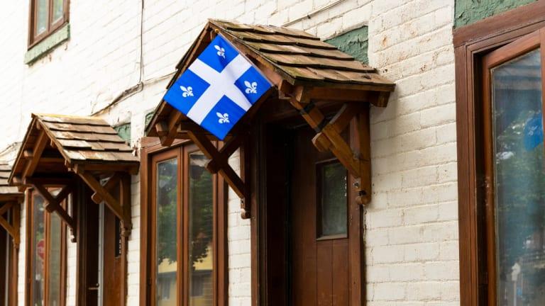 Maison avec drapeau du Québec