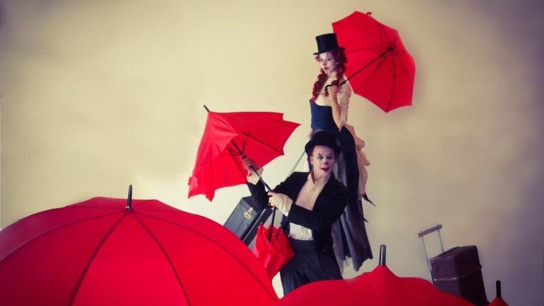 Image de Voyageurs Duo de clowns poétiques sur échasses et au sol