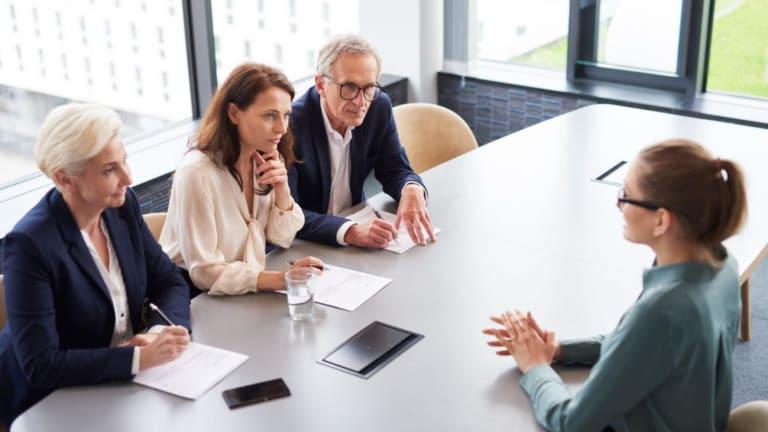 Trois recruteurs face à une candidate durant une entrevue