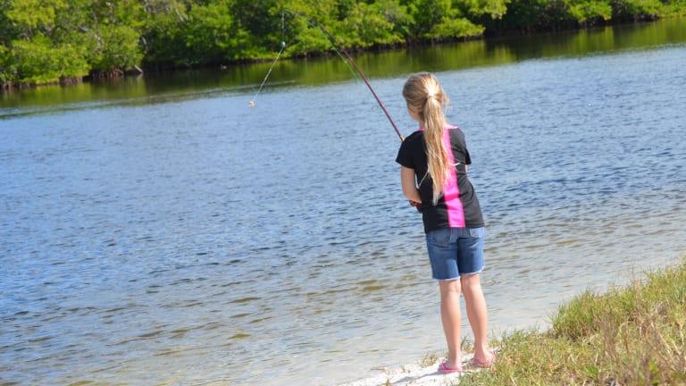 Jeune fille qui pêche