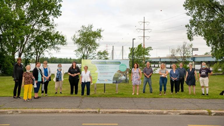 La mairesse de l'arrondissement de Rivière-des-Prairies-Pointe-aux-Trembles, Caroline Bouregeois, a souligné le début des travaux d'aménagement du projet Fenêtre sur rivière au parc Ernest-Rouleau. Elle était entouré de ses collègues du conseil municipal, de représentantes d'Hydro-Québec et de résidents de la Résidence Au fil de l'eau.