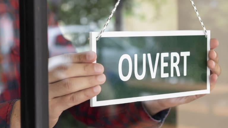 Image d'une affiche indiquant que le commerce est ouvert.