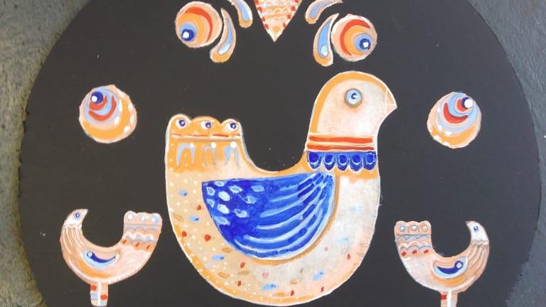 Art scandinave: oiseau peint au centre d'un cercle
