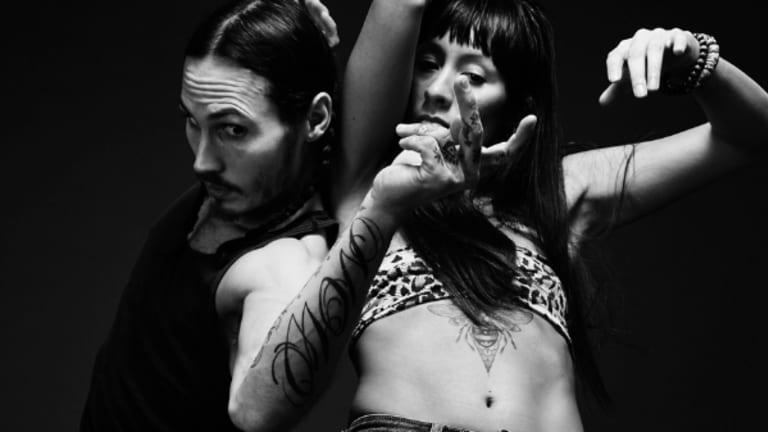 2 danseurs en mouvement en noir et blanc