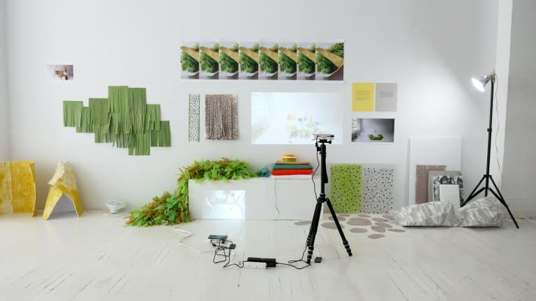 Meubles et objets dans une grande pièce blanche