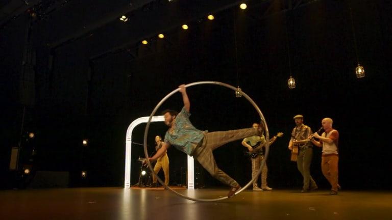 Artistes de cirque sur scène