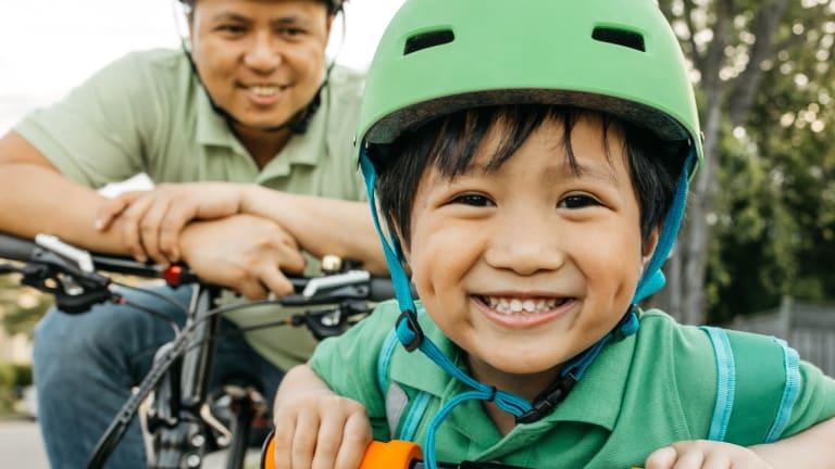 Père et fils à bicyclette