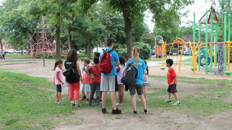 Un groupe de jeunes lors d'une activité participative au parc Saint-Simon-Apôtre