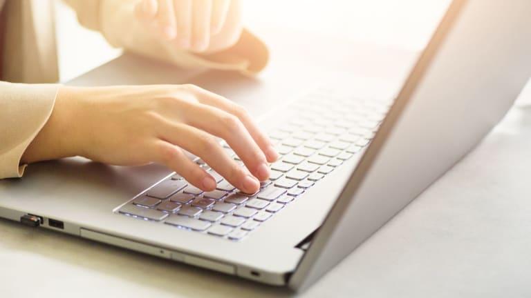 Deux mains sur clavier d'ordinateur portable