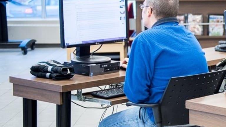 photo d'un homme travaillant devant un ordinateur