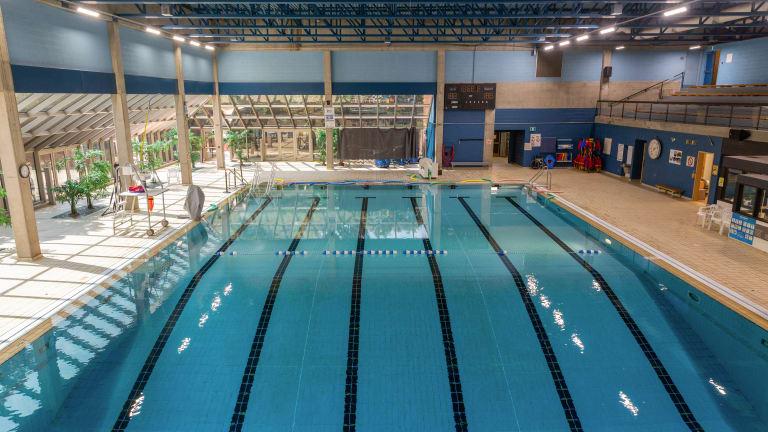 Vue aérienne de la piscine Pierre-Lorange, avec lumière du jour pénétrant dans l'enceinte.